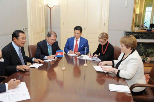 In Geneva, Switzerland, on 22 October 2018, Samdech Techo Hun Sen holds talks with H.E. Ms. Michelle Bachelet, High Commissioner for Human Rights, and presides over the signing of a Memorandum of Understanding between the Royal Government of Cambodia and the United Nations Office of the High Commissioner for Human Rights for the Implementation of a Technical Cooperation Programme on Human Rights.