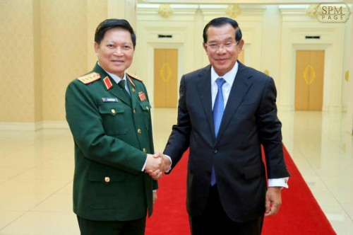 In the morning of 28 December 2018, at the Peace Palace, Samdech Techo Hun Sen holds talks with H.E Ngô Xuân Lịch, Vietnam's Minister of National Defence.