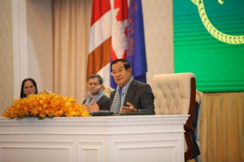 At the Peace Palace, on March 25, 2020, Samdech Techo Hun Sen holds a gathering with over 400 Cambodian health practitioners who volunteer to combat Covid-19.